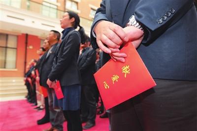 """上海邮政各阶层员工纷纷捐出""""一日工资"""" 为困难员工献出一份爱心"""